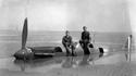 """Eté 1940, des allemands posent sur l""""épave d'un Spitfire dans la région de Dunkerque"""