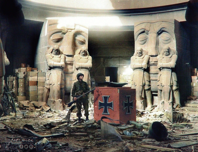 """En avril 1945, dans les vestiges du monument de la Bataille des Nations, à Leipzig.  La Bataille des Nations fut la plus grande de l'histoire jusqu'à la Première Guerre Mondiale en opposant plus de 500 000 soldats, et la plus sanglante avec 92 000 morts ou blessés tout camp confondu. Elle dura du 16 au 19 octobre 1813 et s'acheva sur une défaite décisive de Napoléon Ier face aux troupes coalisées de l'Autriche, de la Prusse, de la Russie et de la Suède.   Ce monument érigé en commémoration en 1913, 100 ans après le combat, est typique du style """"Kolossal"""" cher à l'empereur Guillaume II. Personnellement, les statues me font penser à celles qu'on trouve sur la façade de la gare de Metz (même époque sous occupation teutonne).  Colorisé par https://jecinci.com"""