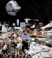 George Lucas et de nombreux objets de la saga Starwars
