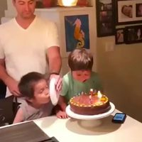Gérer le frère pendant l'anniversaire