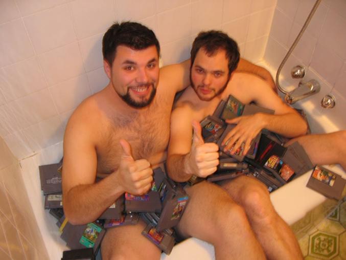 Deux hommes prennent un bain de jeux NES.