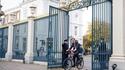 Un Roi + un dirigeant + un vélo = les Pays-Bas IRL, une série de science-fiction en France...