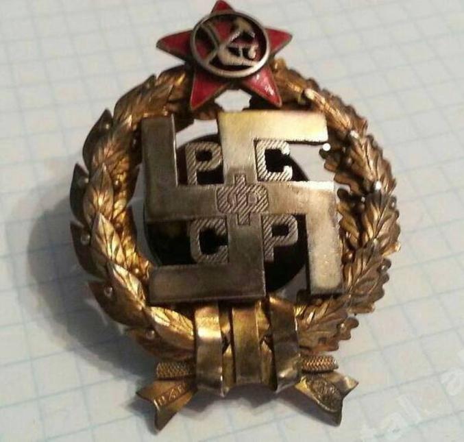 """Là, plutôt centre-droit, je dirais. Même si le """"phi"""" central est une sorte d'hommage à Mélenchon.  En réalité, médaille d'un régiment soviétique kalmouk. La swastika est un symbole qu'on retrouve sur tous les lieux de passage des Indo-Européens."""