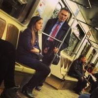 Un homme et une femme dans le métro