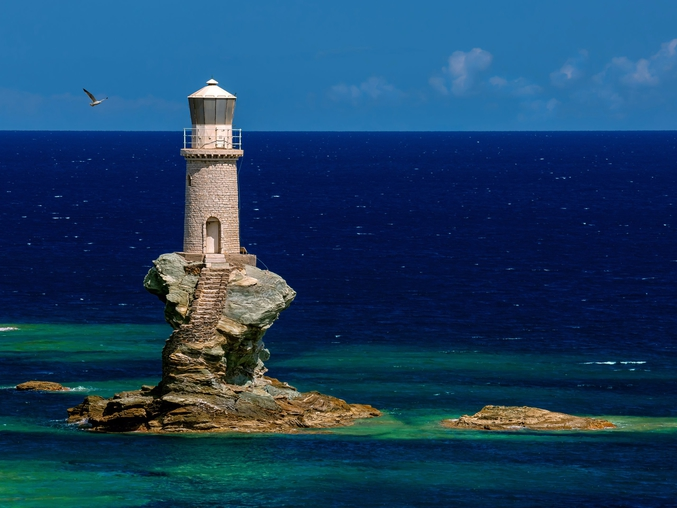 Le phare de Tourlitis se trouve sur un rocher situé à l'entrée du port d'Andros, sur la côte Est de l'île du même nom, la plus septentrionale de l'archipel des Cyclades, en mer Égée.
