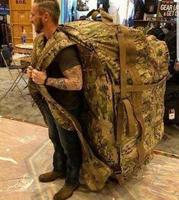 J'espère que ce n'est pas le paquetage avec lequel il devra sauter...