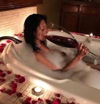 Pour se calmer, un verre de vin dans un bain