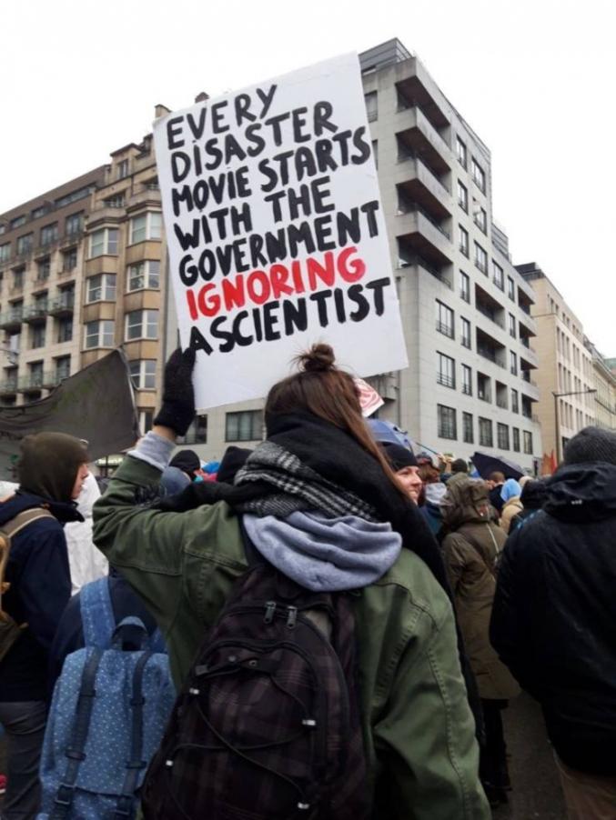 dans les films, commencent lorsque le gouvernement ignore un scientifique.