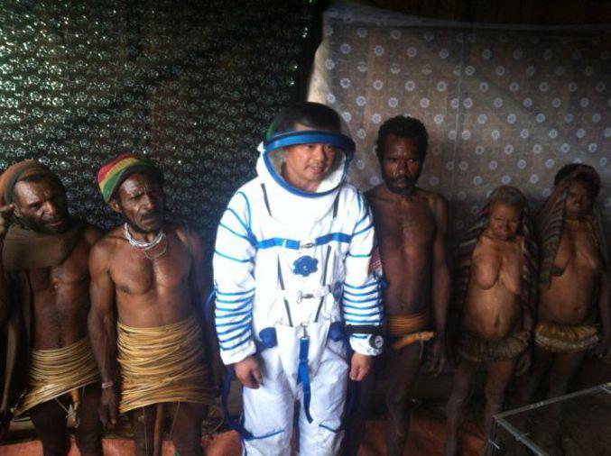 Un astronaute avec une tribu.