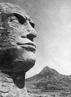1936, après la victoire à Adoua (Ethiopie) et pour faire oublier la peignée de 1896, les soldats italiens ont érigé une sorte de duce-sphinx