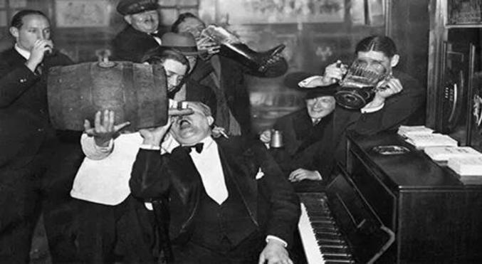 Des Américains célèbrent la fin de la prohibition, en 1933.