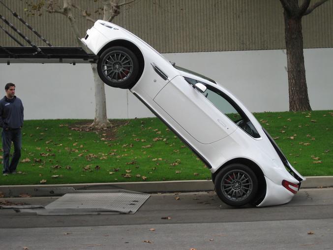 Une voiture qui fait le poirier.