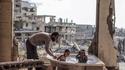 Fillettes syriennes prenant un bain au milieu des ruines