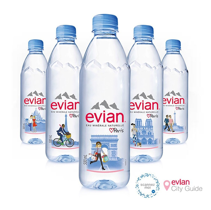"""Evian a lancé plusieurs visuels pour Paris et Evian devient la cible de la fachosphère qui appelle au boycott de la marque sur dénonciation de... """"promotion de l'homosexualité"""" (si, si!!). Pour être complète, la fachosphère devrait plutôt appeler à boire de la Vichy, en fait."""