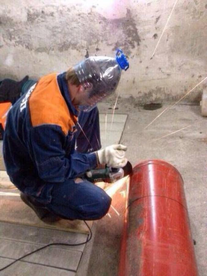 EPI : équipements de protection individuels. Ici exemple de protection du visage contre le risque d'explosion de la bouteille de butane.