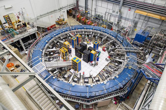 Gravité, électromagnétisme, interaction nucléaire forte, interaction faible: ce sont les quatre lois fondamentales de la nature, régies par ce que la science des particules élémentaires nomme le Modèle standard. À moins qu'il n'existe une cinquième force mystérieuse et des particules encore inconnues de la science? C'est l'excitante découverte que suggèrent les résultats d'une expérience nommée Muon g-2, révélée le 7 avril.  Grâce à une équipe de 200 scientifiques internationaux et au travail effectué au Fermi National Accelerator Laboratory aux États-Unis, l'un de ces infinitésimaux corpuscules fondamentaux de la matière, le muon, est ainsi peut-être en train de remettre en question ces règles que l'on pouvait penser immuables.  De la famille des leptons, le muon est parfois surnommé «le gros électron» et son rôle exact dans la marche du cosmos reste quelque peu flou. Comme toute chose connue, visible ou invisible, du monde quantique ou de celui que nous observons, il est doté de propriétés particulières, notamment de ce que la science quantique nomme le «moment magnétique».  De très savants calculs, menés dans le cadre du Modèle standard et incluant les interactions avec les autres éléments qui l'entourent, offrent au muon une mesure théorique de son moment magnétique. En 1998 pourtant, des expériences menées à Brookhaven grâce à l'Alternating Gradient Synchrotron, à l'appellation tout droit sortie d'un épisode de Rick & Morty, ont constaté une déviation entre ce calcul théorique et les mesures du monde réel. De quoi troubler, pendant des années, le petit monde de la physique. Était-ce une aberration de mesure, une erreur de calcul? Ou ce décalage indiquerait-il qu'une force ou des particules encore inconnues influenceraient le comportement de l'innocent petit muon, ouvrant la voie à un champ inédit de la connaissance des rouages intimes de l'univers? Plus de vingt ans plus tard, après un rocambolesque déménagement du colossal matériel de Brookhaven raconté dans u