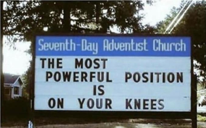 La position la plus puissante est sur vos/à genoux.