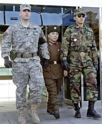 Un grand Américain et un grand Sud-Coréen encadrent un petit Nord-Coréen