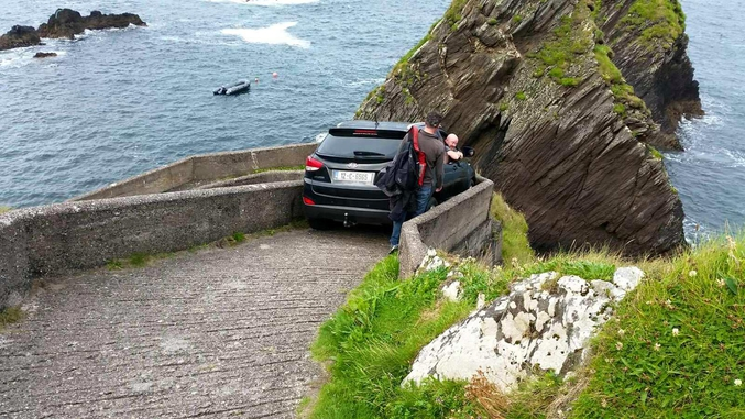 Ce génie a passé la nuit, bloqué dans son 4*4 de beauf et alors qu'il voulait descendre ce chemin pédestre à Dún Chaoin (Co. Kerry) dans le Sud Ouest de l'Irlande.