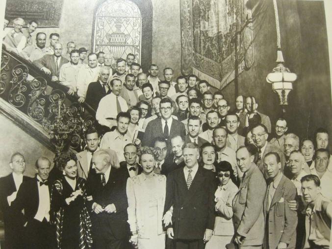 Sur le fameux escalier de la scène finale, on reconnait Eric Von Stroheim, William Holden, Gloria Swanson, Cecil B.DeMille (qui joua son propre rôle), Buster Keaton (idem)...