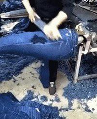 La dame qui fait les trous dans les jeans