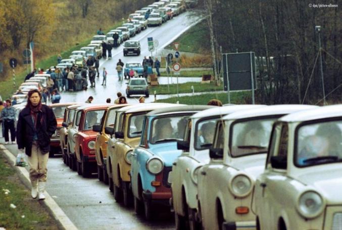 Au lendemain de la chute du Mur de Berlin, une file d'innombrables voitures s'était créée pour passer à l'Ouest… La Trabant en tête.