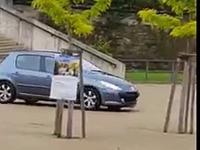 Une femme de 79 ans descend un escalier en voiture
