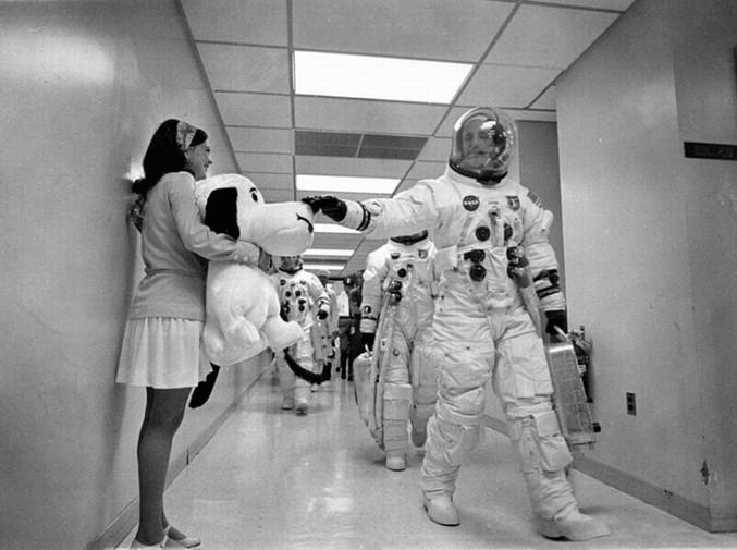 Avant de partir dans l'espace, certains astronautes disent au revoir à leurs femmes et leurs enfants. D'autres à Snoopy...