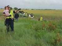 Un policier distrait une jeune fille qui vient de perdre ses parents dans un accident de voiture