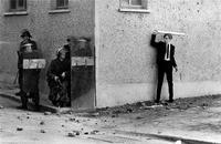 1971, un jeune irlandais et des soldats anglais