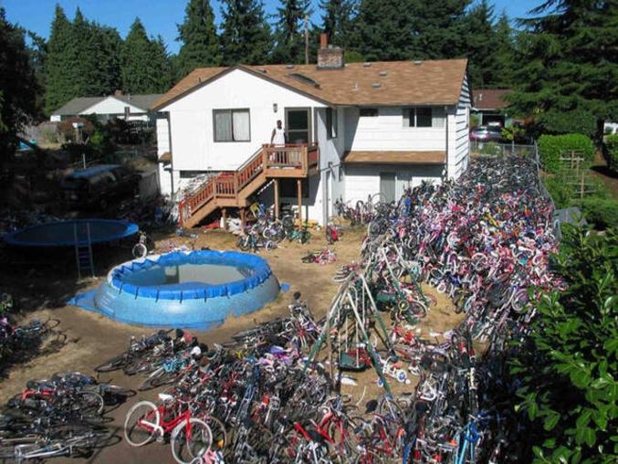 Une maison et des vélos.