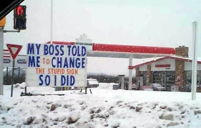 Un employé ennervé d'avoir du changer un écriteau a décidé de le faire savoir aux passants