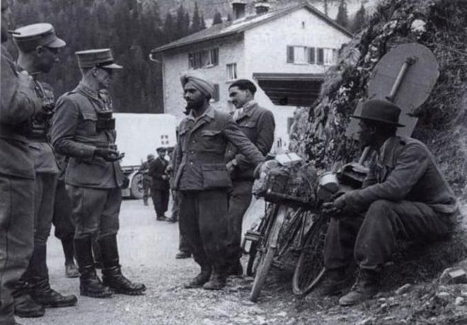 Les troupes allemandes se replient lors de la campagne d'Italie. Elles trouvent refuge, après avoir été désarmées, en Suisse. On trouve là des ethnies bizarres incorporées à la Wehrmacht (indiens, noirs, levantins, etc...); ici, des officiers helvétiques interrogent un soldat allemand indien.