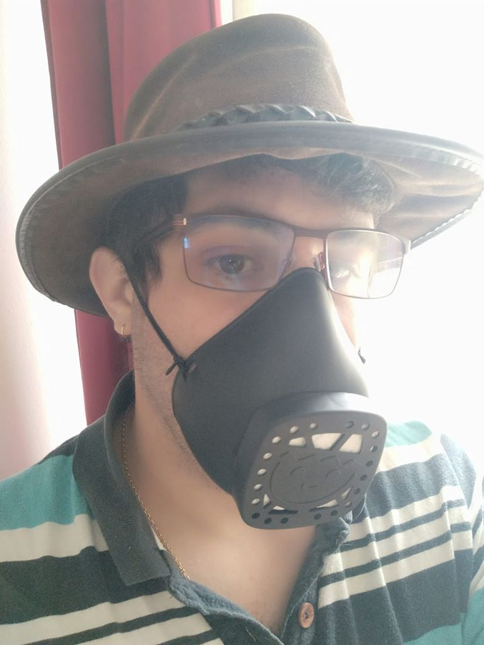 Sandrine65100 nous présentait le masque playmobil. J'ai reçu le mien et je peux donc vous faire un retour. Confortable , réutilisable , ludique avec la tête de bonhomme. Petit hic la buée sur les lunettes mais c'est pareil pour tous les masques. En bonus le noir donne un look Darth Vader.