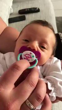 Faut pas enlever sa sucette à bébé.