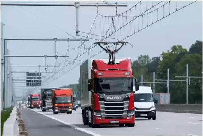 """Une autoroute équipée de caténaires afin d'alimenter des camions hybrides est en test depuis 2019 et jusque 2022 du côté de Francfort. Un tel système permet d'allier les faibles émissions de gaz qu'on peut avoir dans le ferroviaire tout en conservant la flexibilité """"dernier kilomètre"""" des véhicules à moteur.  https://www.sciencesetavenir.fr/high-tech/transports/des-camions-hybrides-sur-une-voie-d-autoroute-a-catenaires_133601"""