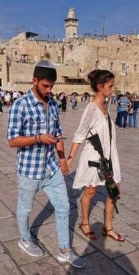 l'homme porte la culotte mais la femme la mitraillette