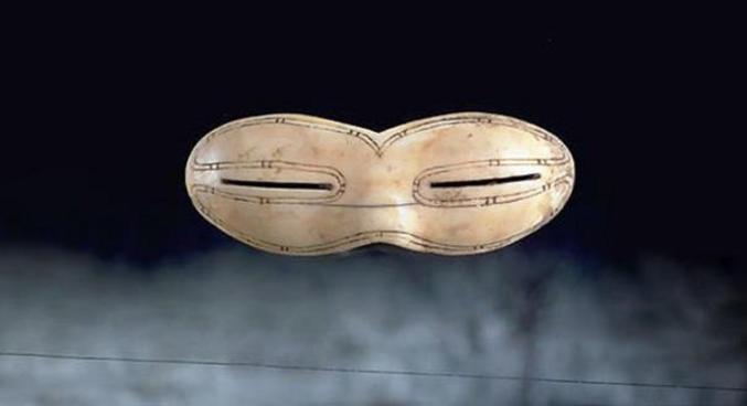 Trouvé sur l'île de Baffin au Nunavut il y'a environ 800 ans.   Ps: je me demande même si c'est pas aussi des lunettes de vue , car comm je porte des lunettes y'a un collègue qui m'a montré qu'en faisant un trou d'aiguille sur une feuille on voyait nette au travers sans lunette.