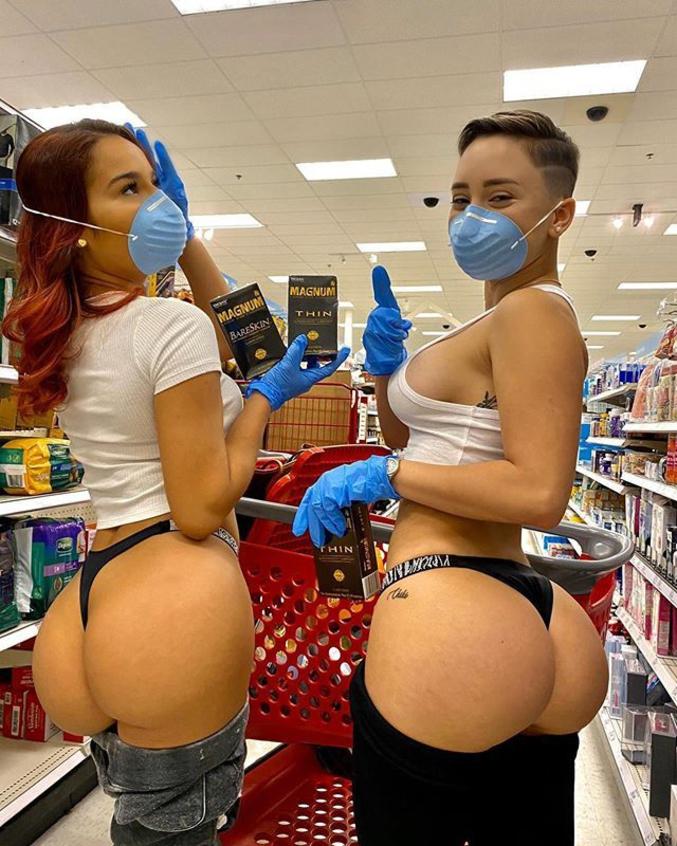 ...et même pour autre chose puisque ces demoiselles font une promotion pour des préservatifs.