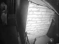 Un homme perd tout ses moyens dans une maison hantée