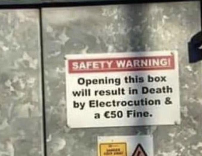 """""""Ouvrir cette boîte résultera en votre Mort par Electrocution et une amende de 50E"""""""