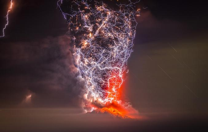 Des éclairs dans une colonne de cendres lors d'une éruption volcanique au Chili. Photo longue exposition par Francisco Negroni (une rapide recherche google vous permettra d'en trouver d'autres mais celle-ci est réellement la plus folle).  NdlR : encore un fichier où l'on peut zoomer ! N'y prenez quand même pas trop goût...