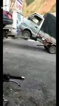 Une voiture qui se fait remorquer
