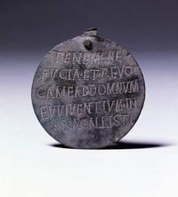 Antiquité romaine: médaille accrochée au collier d'un chien