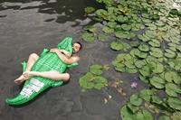 Croco-câlin dans l'étang