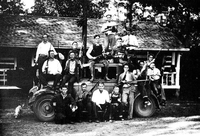 Gang connu pour ses actes délictueux (bootlegging notamment), mais aussi pour avoir fait barrage au KKK et les avoir chassé du comté de Williamson. Birger est au centre de la photo, assis sur le toit de l'auto.