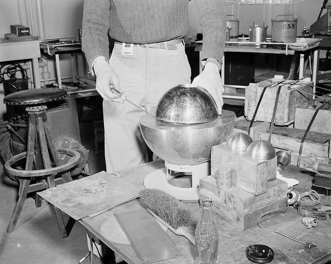 « Lors des recherches de mise au point de la bombe atomique, la manipulation de réflecteurs en béryllium, dans lesquelles était posée une boule de plutonium se faisait parfois avec un simple tournevis.  L'expérience avec le tournevis a été nommée « titiller la queue du dragon », imageant une activité risquée aux conséquences pouvant s'avérer catastrophiques ! En effet, si les réflecteurs sont en place, on aurait une bombe atomique au milieu de la pièce.  Fatalement, quelques accidents occurrèrent : en 1946, à cause d'une mauvaise manipulation, le tournevis glissa de côté et le cœur devint critique durant un court instant. Ceci émit une importante quantité de radiations. La personne qui manipulait le tournevis mourut d'ailleurs seulement 9 jours plus tard de l'exposition aiguë aux rayonnements. Le même genre d'accidents se répéta quelques années après, tuant également l'opérateur après quelques semaines… »  source : https://couleur-science.eu/?d=94e10a--quoi-ressemble-du-plutonium