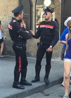 Flics italiens avec des uniformes dessinés par Prada...