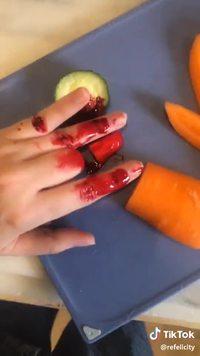 Blague du doigt coupé à ses enfants