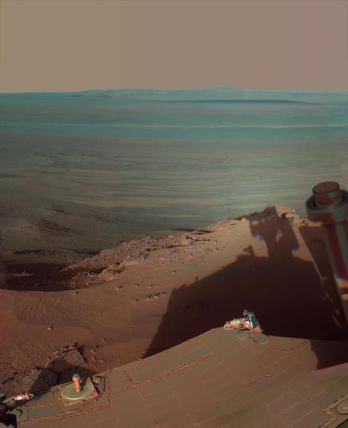 *Ombres de fin d'après-midi sur le cratère martiens Endeavour. (Capturé avec le Pancam du rover Opportunity le 9 mars 2012)